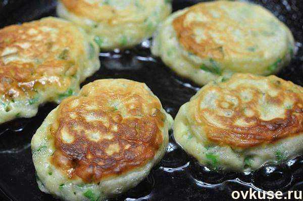 Ленивые пирожки-оладьи с яйцом и зеленым луком за 10 минут