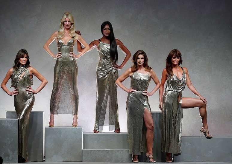 Легендарные топ-модели 90-х затмили молодых манекенщиц на неделе моды