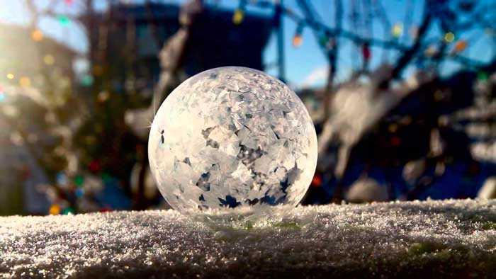 Что получится, если пускать мыльные пузыри зимой? Удивительное зрелище!