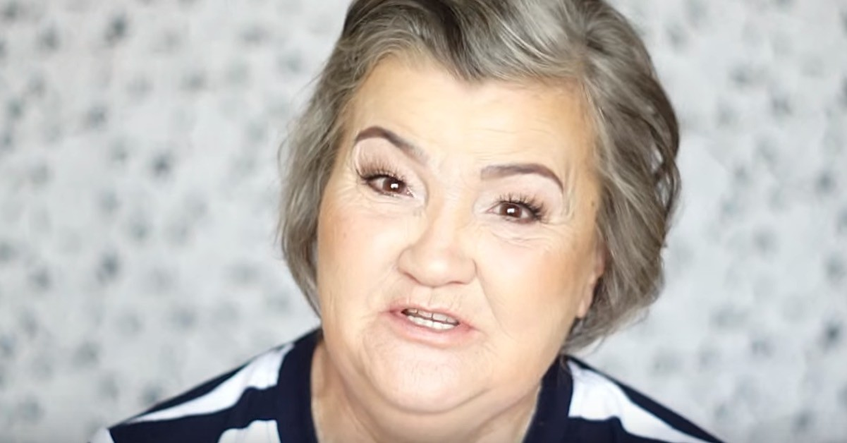 Внучка решила сделать макияж своей бабушке. Заботливая внучка!