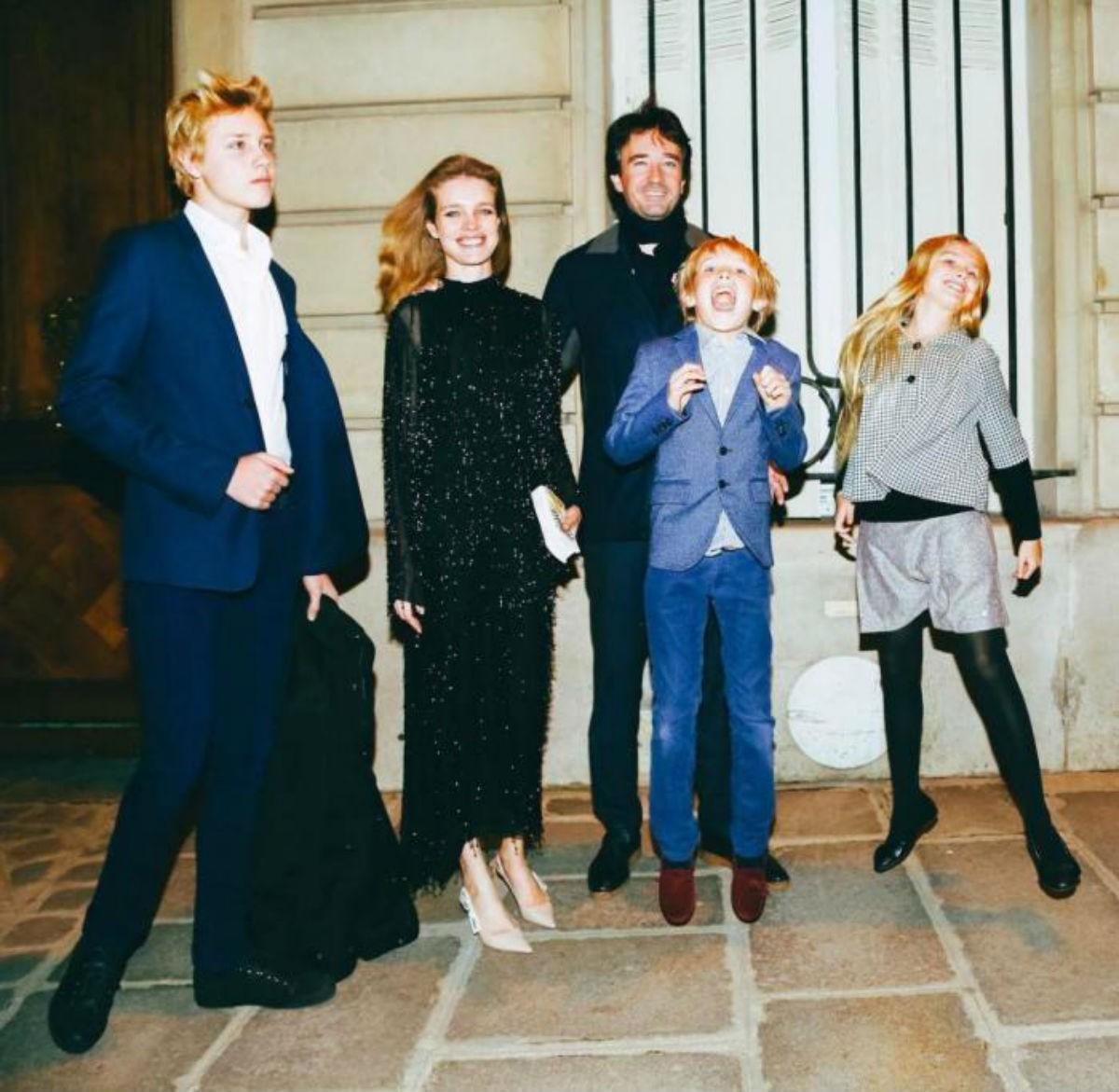 Наталья Водянова порадовала редкими кадрами с пятью детьми и возлюбленным