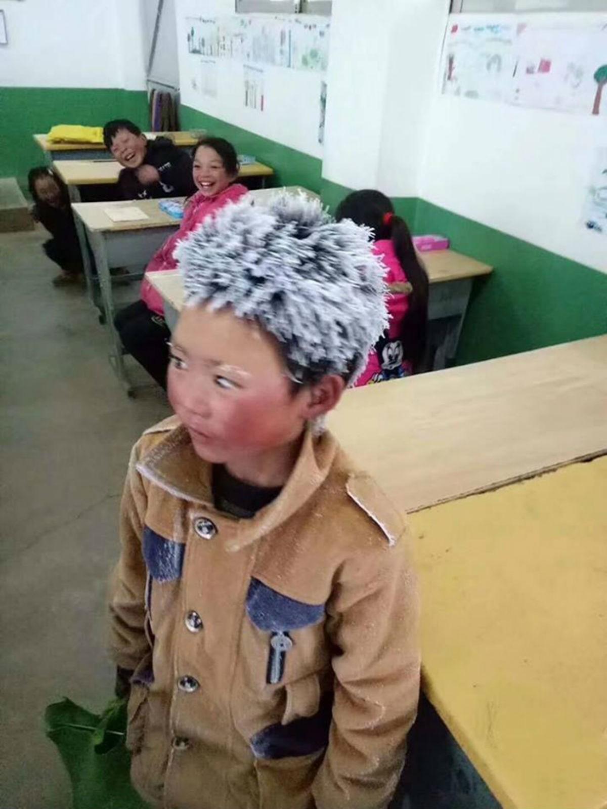 Мальчик пришёл в школу с обледенелыми волосами на голове, когда учитель подошёл к нему, его сердце остановилось