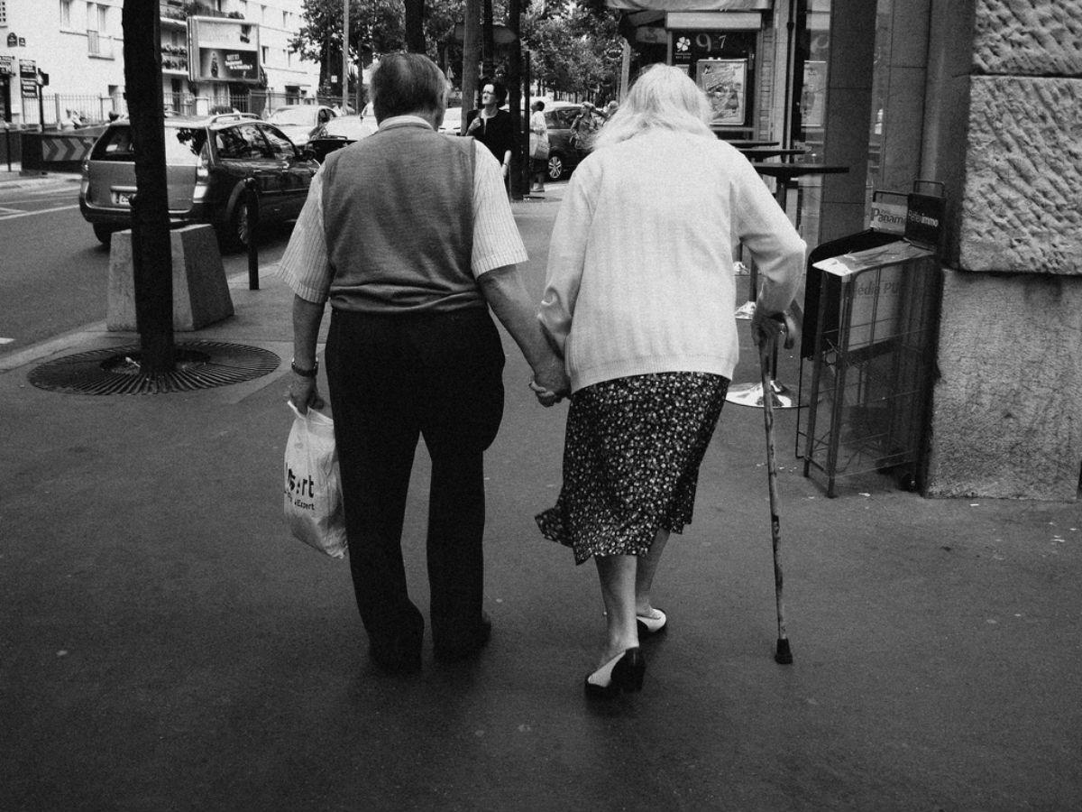 Пожилые возлюбленные умирают держась за руки после 77 лет совместного брака