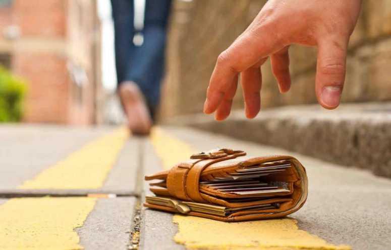Встречая дочку из спортзала, нашёл на улице кошелёк. Полный