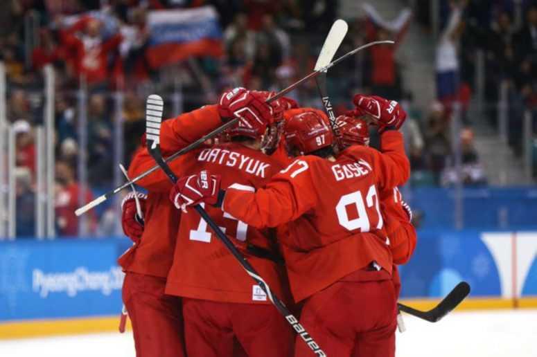 Красная машина под нейтральным флагом: Россия ликует в честь победы хоккеистов на Олимпиаде