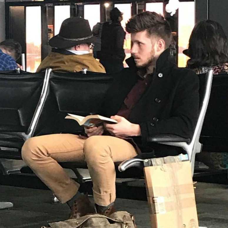 Горячие парни читают книги. Девушка фотографирует мужчин с книгами и делает очень смешные подписи к снимкам