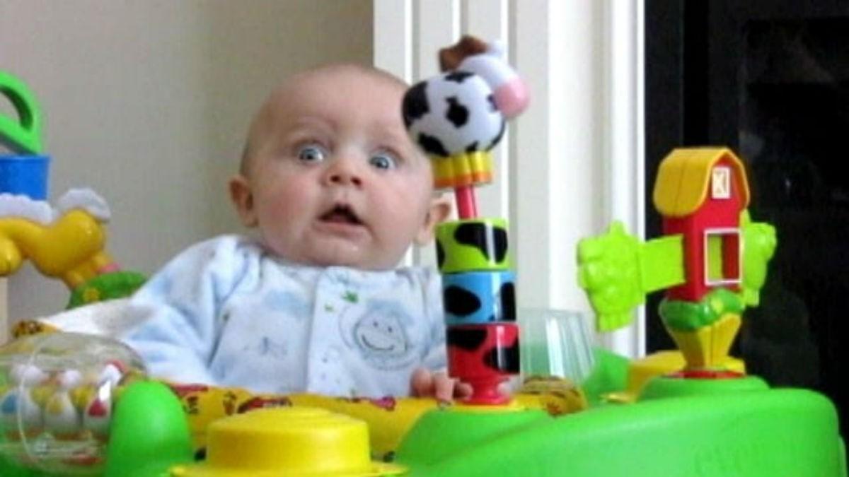 Забавная реакция малыша на насморк мамы