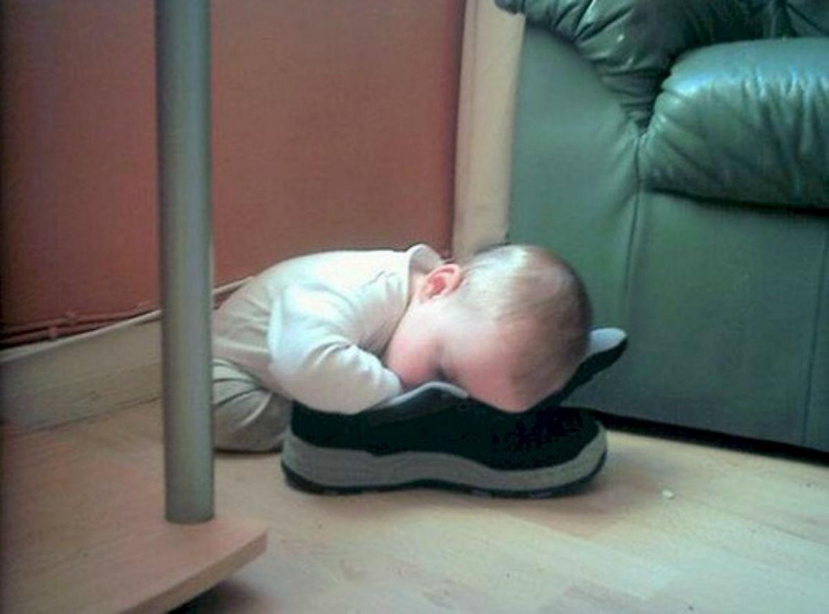 Сон подкрался незаметно: смешные фото малышей , уснувших в самых неожиданных местах