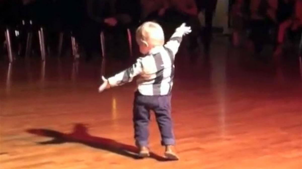 Этот 2-х летний танцор стал звездой YouTube и набрал 34 миллиона просмотров. Такой милый малыш