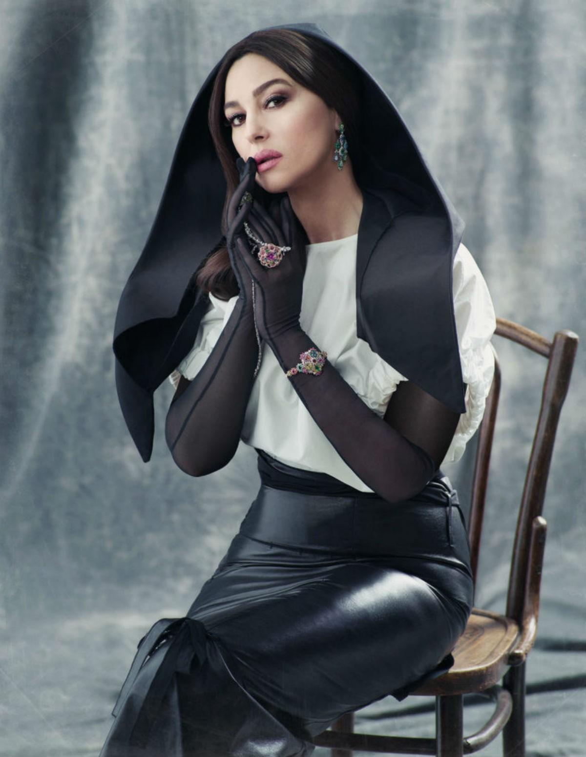 Моника Беллуччи в своей новой весьма откровенной фотосессии снова поразила всех своим великолепием образов