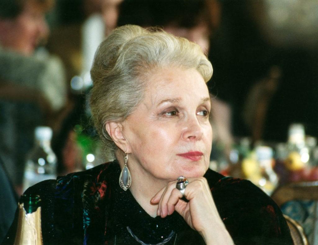 90 -летняя Элина Быстрицкая никогда не делала пластику, ее красота натуральна