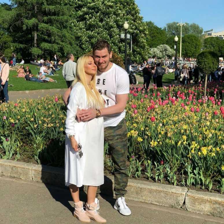Молодой супруг Леры Кудрявцевой выложил ее беременное фото