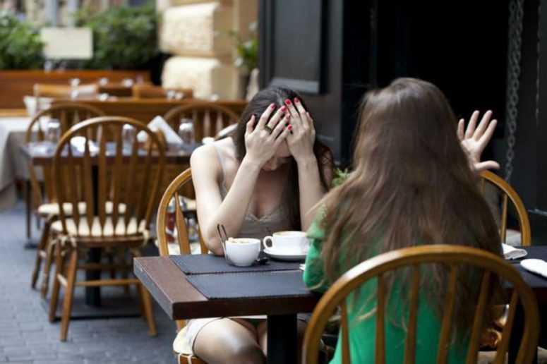 Они договорились встретиться в кафе. Он не пришёл
