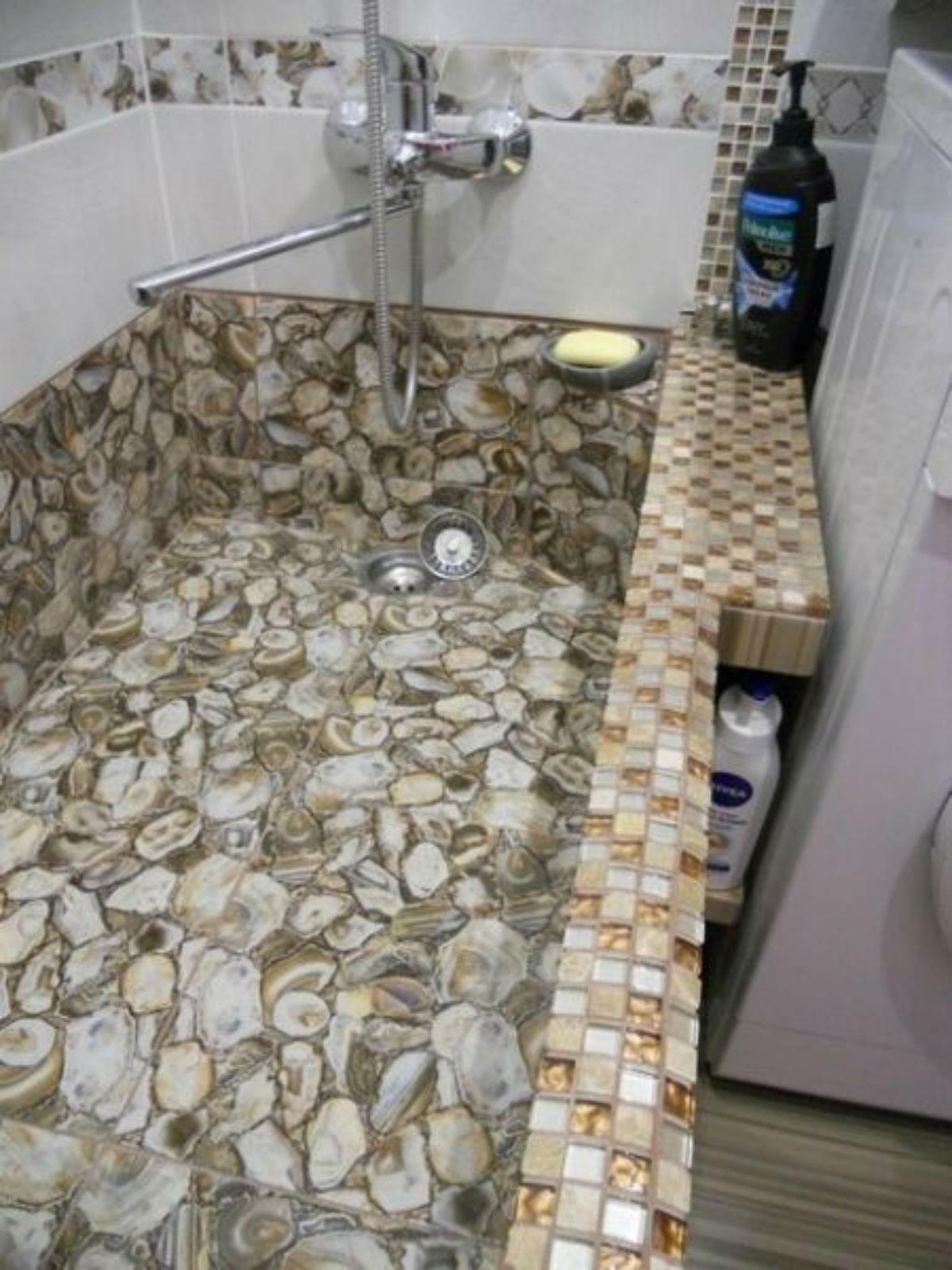 Этот парень сделал очень оригинальный ремонт в красивой ванной комнаты минимума средств. Теперь я также хочу такую ванну.